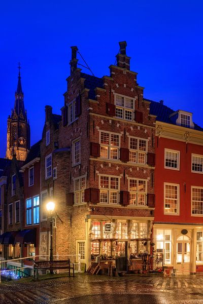 grachtenpand in Delft bij schemer