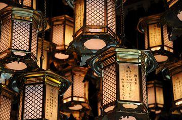 Japanse lantaarns in Ryōzen-ji van Emi Barendse