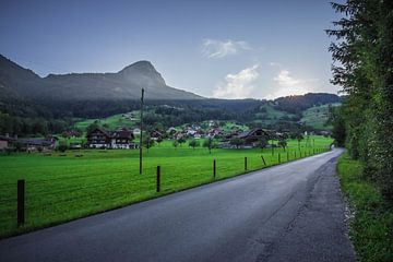 Sonnenaufgang hinter der Bergspitze von Sasja van der Grinten