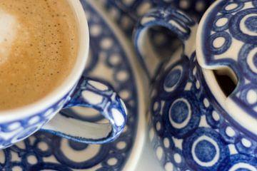 Kaffee in blauem Geschirr von Laura Weijzig