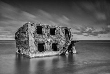 Huis in het water in Liepāja (Letland) van Marcel Kerdijk