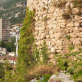 Panorama van een stad in Albanië van Giovanni de Deugd