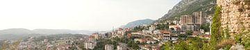 Panorama van een stad in Albanië von Giovanni de Deugd