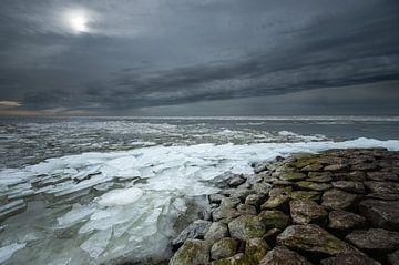 Donkere wolken boven een bevroren IJsselmeer! van Peter Haastrecht, van