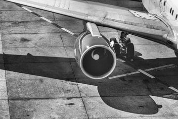 Ausschnitt eines Flugzeugs in schwarz weiß von Thomas Heitz