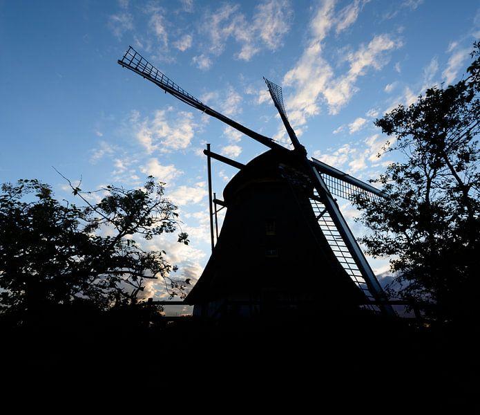 silhouette d'un moulin sur Michel Knikker