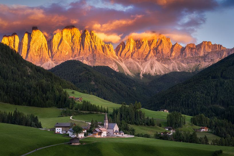 Zonsondergang in Val di Funes van Edwin Mooijaart