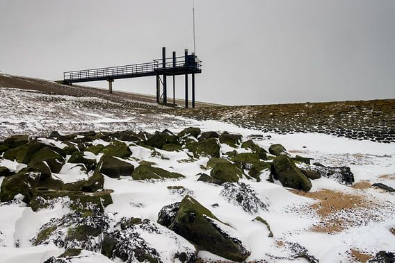 Winterse Waddenzee bij Roptazijl. IJsschotsen drijven op het water van de Waddenzee bij het Roptagem