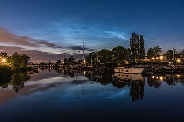 Nuages lumineux de nuit au-dessus du Kadoelenwerf