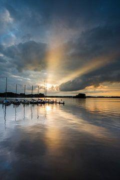 Achter de wolken schijnt de zon. von Ton Drijfhamer