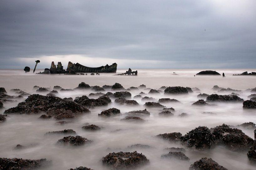 Seascape with Brittish ship wreck sur Tammo Strijker