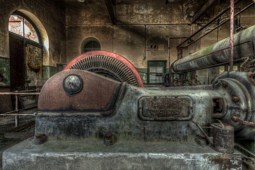 Oude industriële machines in een verlaten fabriek van Sven van der Kooi