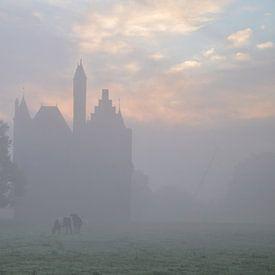 Kasteel Doornenburg en Lakenvelderrunderen in de mist van Joyce Derksen