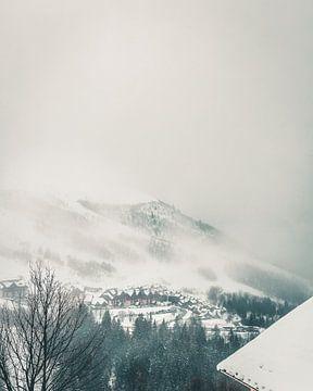 Mistig gebergte boven skigebied Franse Alpen van Mick van Hesteren