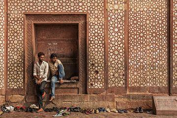 Buland à Darwaza, Inde. 2 gardiens indiens de chaussures à Buland en Darwaza sur Tjeerd Kruse