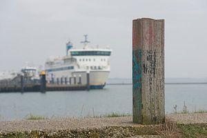 Meerpaal op de dijk van de haven van West Terschelling van