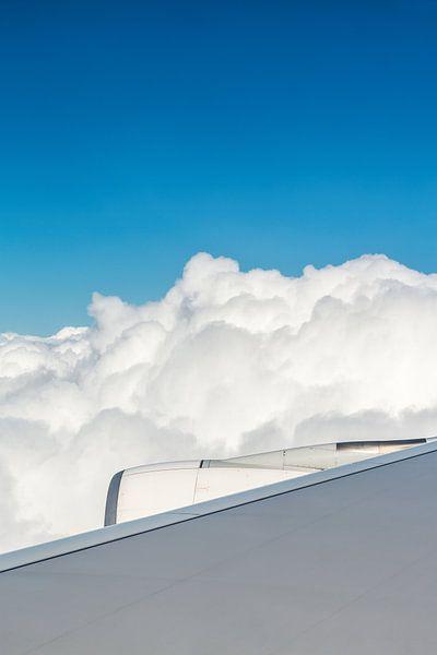 Flugzeugflügel mit Motor und Wolken von Inge van den Brande