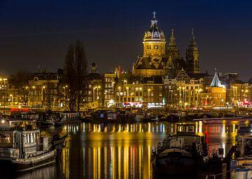 Amsterdam St. Nicolaaskerk bij avond van Ada van der Lugt