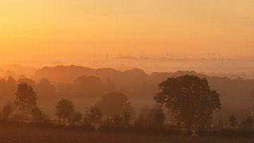 Mistige zonsopkomst boven Simpelveld van John Kreukniet