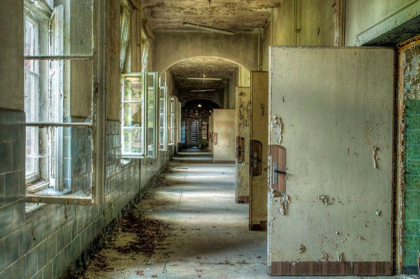 Corridor dans un ancien bâtiment à Beelitz sur Henny Reumerman