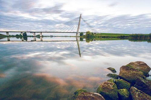 Brug over de rivier de IJssel