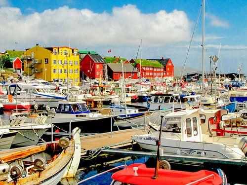 De kleurrijke jachthaven van Torshavn, Faroer eilanden