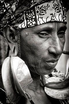 Frau mit riesigen goldenen Ohrringen! von Ton Bijvank