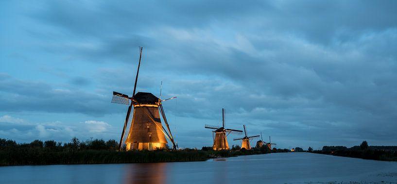 de windmolens in Kinderdijk zijn verlicht van Marcel Derweduwen