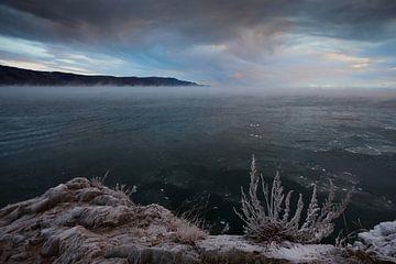 kalte, windige Herbstgewässer des Baikalsees von Michael Semenov