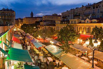 Cours Saleya in de oude stad van Nice in de avonduren van Werner Dieterich