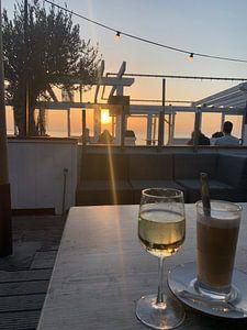 Coucher de soleil depuis la terrasse sur la plage. sur Eric Reijbroek