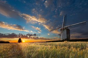Zonsondergang bij oude windmolen