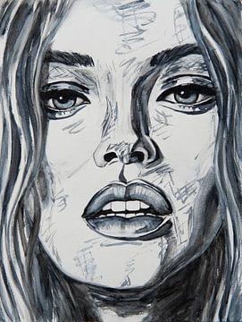 Portrait rapproché d'une femme en noir et blanc