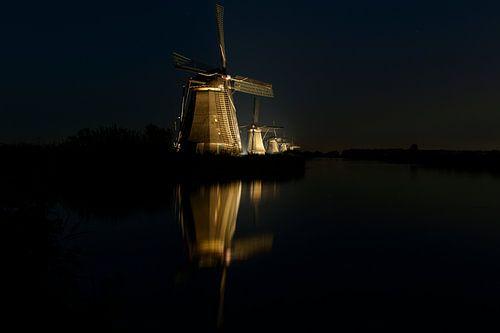 Windmolens in de nacht