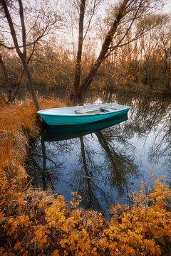 Boat in fall colours van Halma Fotografie