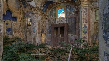 Verlaten en verwaarloosd kerk van het Blauwe Kruis van Atelier Liesjes