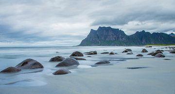 Uttakleiv Beach verlaten strand Lofoten van Evelien van der Horst