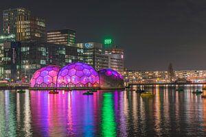 Paviljoen Rijnhaven in de avond sfeervol verlicht van