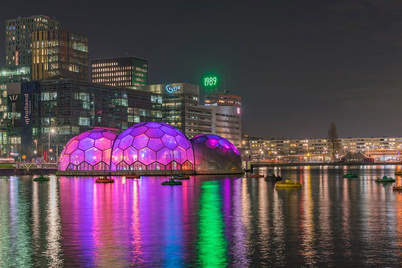 Paviljoen Rijnhaven in de avond sfeervol verlicht van Leo Luijten