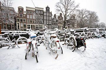 Verschneite Fahrräder in Amsterdam im Winter von Nisangha Masselink