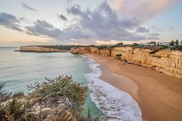 Coucher de soleil et plage en Algarve sur Bianca Kramer