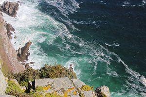 Wellen in der Nähe einer Klippe von Quinta Dijk