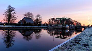 Symmetrische reflectie van het kanaal bij de Vlodderbrug in Kalenberg