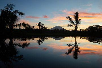 Zonsopkomst op Bali met vulkaan Agung van Ellis Peeters