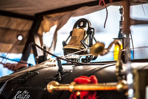 Industriële vintage machine met gouden bel