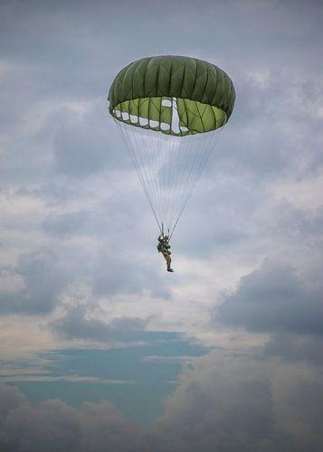 Parachutist in de lucht