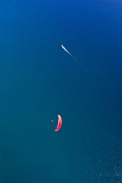 paraglider en schip over de zeedonkerblauwe zee. zeeschip en luchtparapln. symbolen van vrijheid van Michael Semenov
