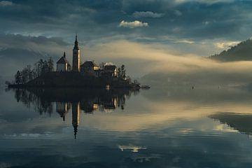 Zonsopgang in Bled - Slovenië. Mist ligt over het meer van Herbert Blum