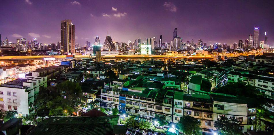 De Skyline van Bangkok in de nacht