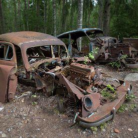 Autokerkhof in een bos in Ryd in Zweden van Joost Adriaanse